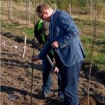 Posadz drzewko z Kronopolem_Maciej Karnicki_prezes Kronopolu