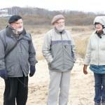 Sentymentalna podróż do miejsca pierwszego obozu, od lewej Roman Hołyński, Przemysław Busse, Barbara Diehl